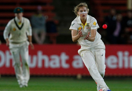 Ellyse Perry bowling